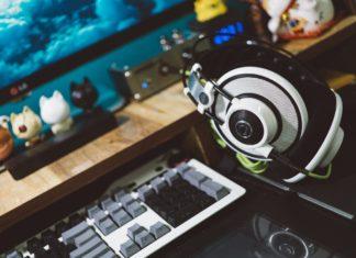 Gamer setup med tastatur og høretelefoner