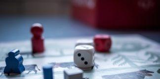 Brætspil med forskellige brikker og terninger