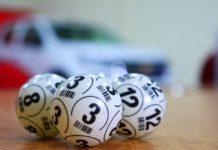 Lottokugler ligger på bord og er klar til lotto