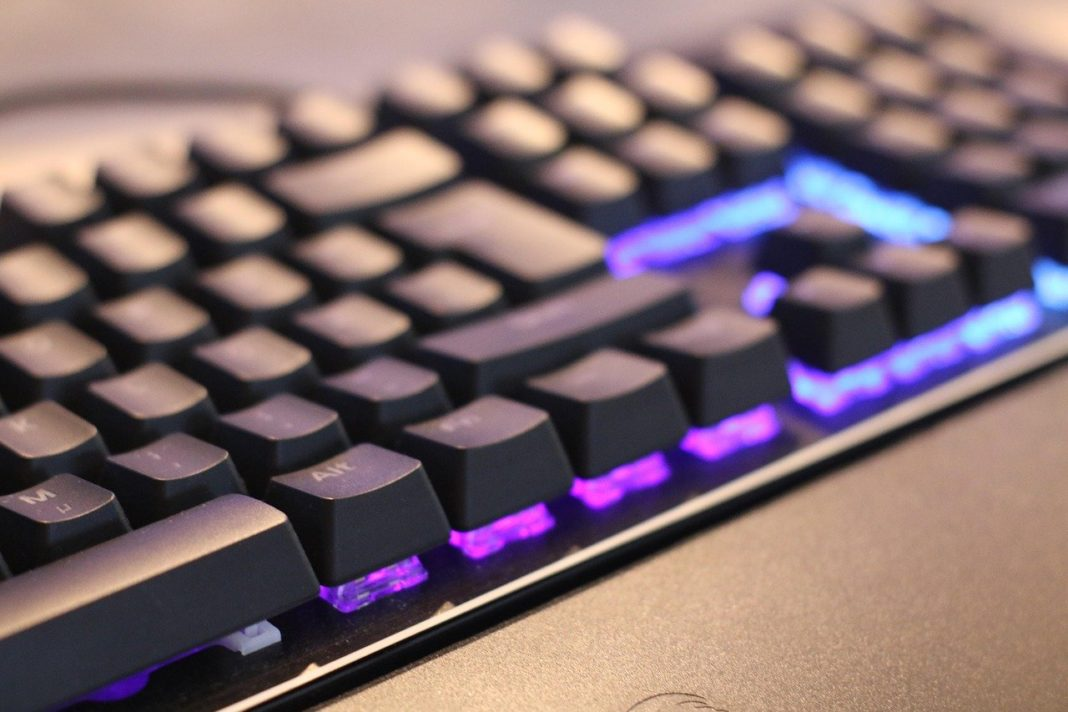 Keyboard med lilla lys i sluttet til computer