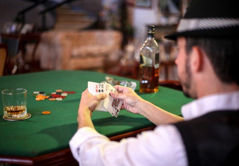Lej en bartender til pokerfesten