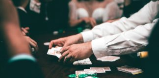 Gruppe spiller poker