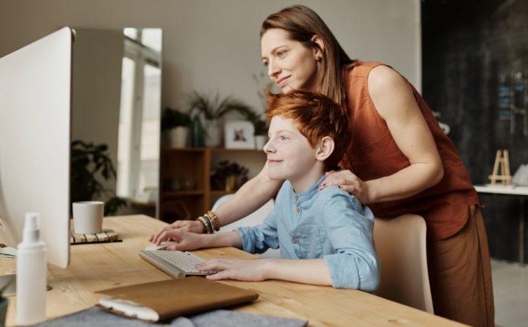 Pas på dine børn, hvis de sidder meget foran en skærm